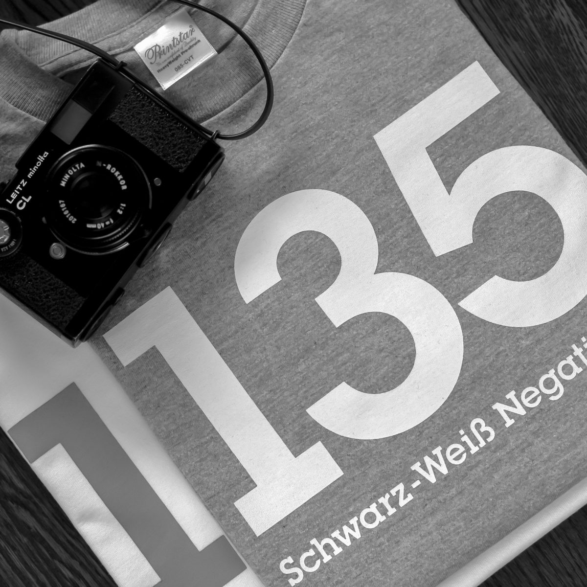 135 Schwarz-Weiß Negativfilm|カメラ Tシャツ|グラフィックデザイン