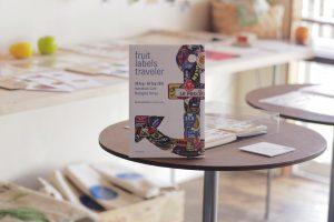 会場風景|第3回 旅するフルーツシール展|HUMMOCK cafe